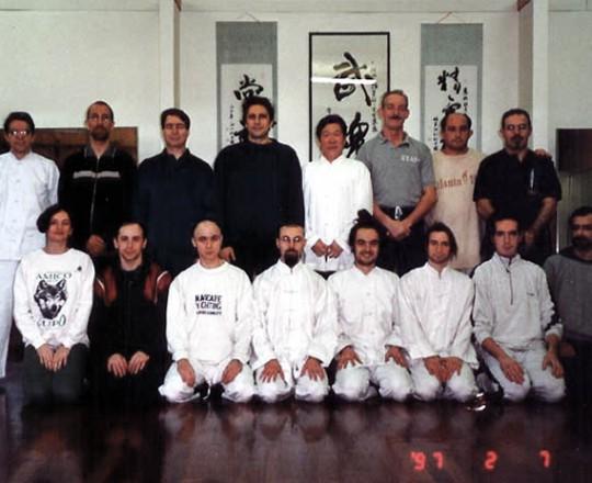 Il secondo anno del Maestro Yang Lin Sheng in Italia, con I maestri Alfredo Vismara, Enzo Montanari e Sergio Mor Stabilini, insieme agli allievi, presso la Palestra Musokan - Milano 1997