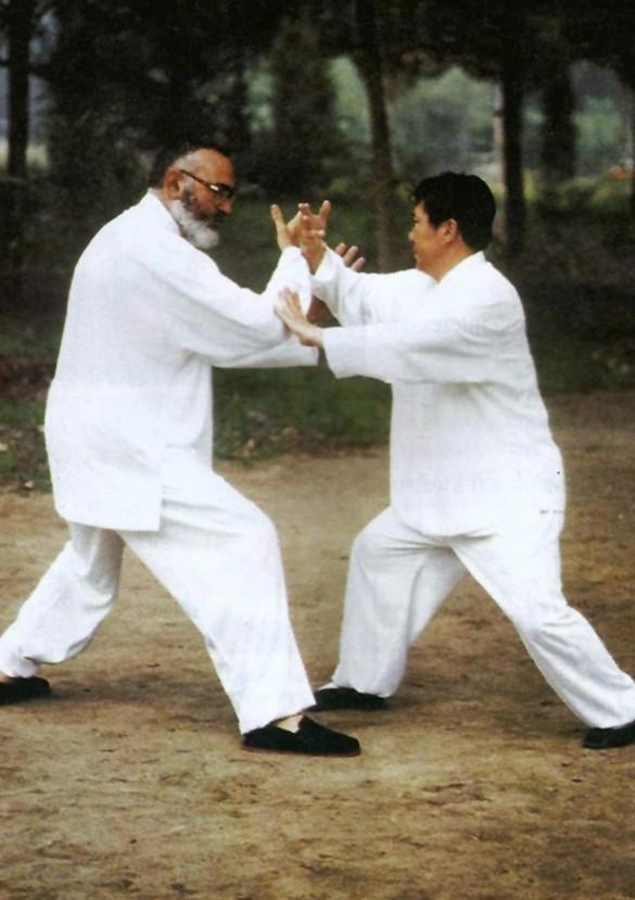 Il Maestro Yang Lin Sheng e il Maestro Franco Mescola durante la pratica del Tui Shou