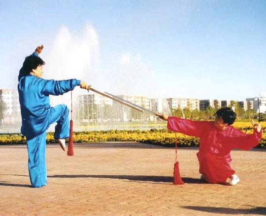 La Maestra Liu Chun Yan con un'amica, dimostrando la tecnica della spada