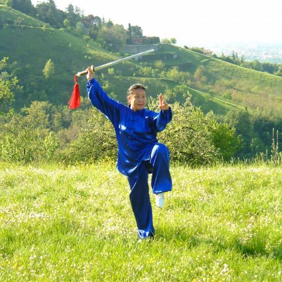 La Maestra Liu Chun Yan pratica la forma di spada del Taiji Quan Yang
