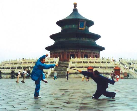 Il Maestro Yang Lin Sheng pratica con il suo Kung Fu fratello, il Maestro Hao Huan Shi, al Tempio del Cielo