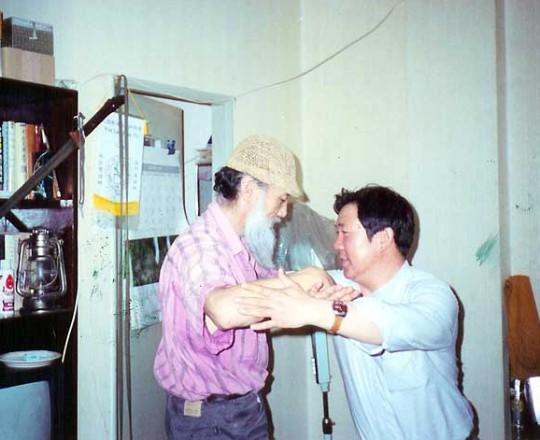 Il Maestro Yang Lin Sheng pratica con il suo amico, il Maestro Yu Cheng Hui, famoso Maestro della spada a due mani e attore famoso