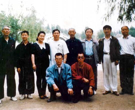 Il Maestro Yang Lin Sheng con la Maestra Liu Chun Yan, i suoi fratelli di Kung Fu e gli allievi, al parco di Bao Tou