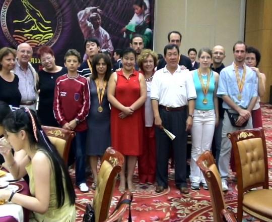 Il Maestro Yang Lin Shen con la Maestra Liu Chun Yan e alcuni allievi italiani, durante il Campionato Mondiale di Kung Fu - Anno 2004