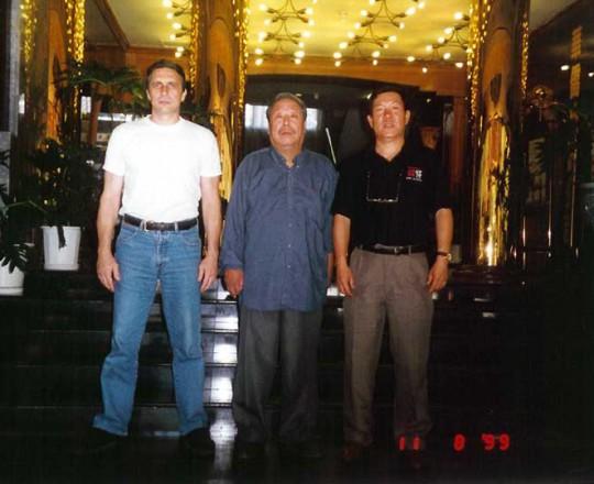 Il Maestro Yang Lin Sheng con il Maestro Enzo Montanari e il Maestro Wang Xuan Lie - Pechino 1999