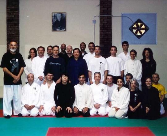 Foto di gruppo dello stage del Maestro Yang Lin Sheng a Venezia, con il Maestro Franco Mescola e i suoi allievi - Anno 2000